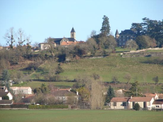 Vue de l'église depuis le chemin de la Rougerie